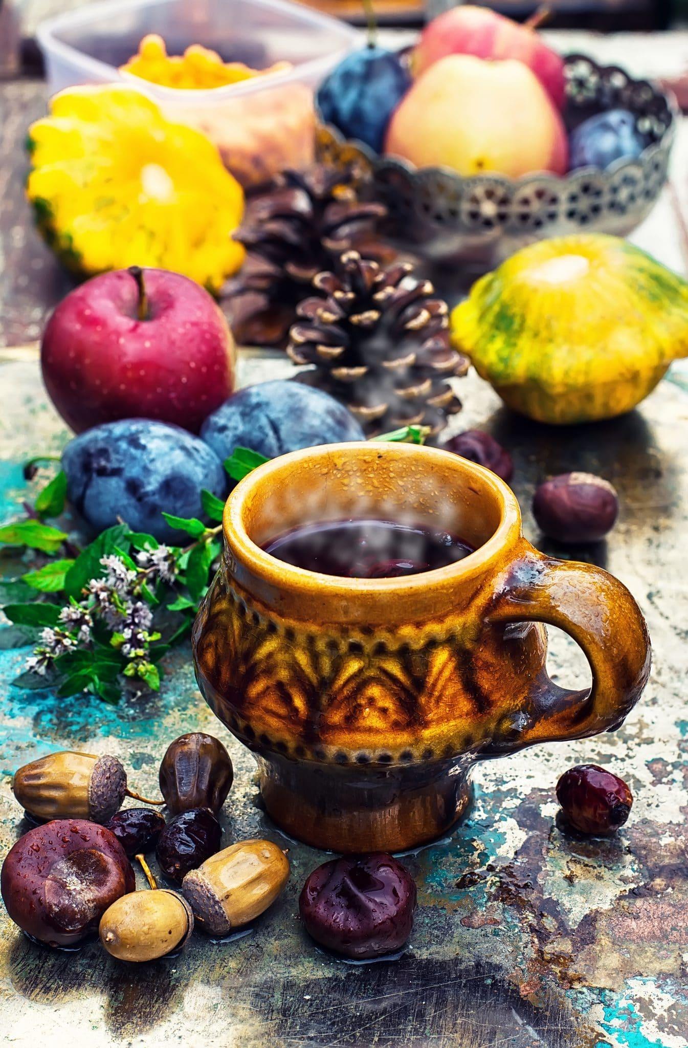 mug-with-herbal-tea-PXUXXW2