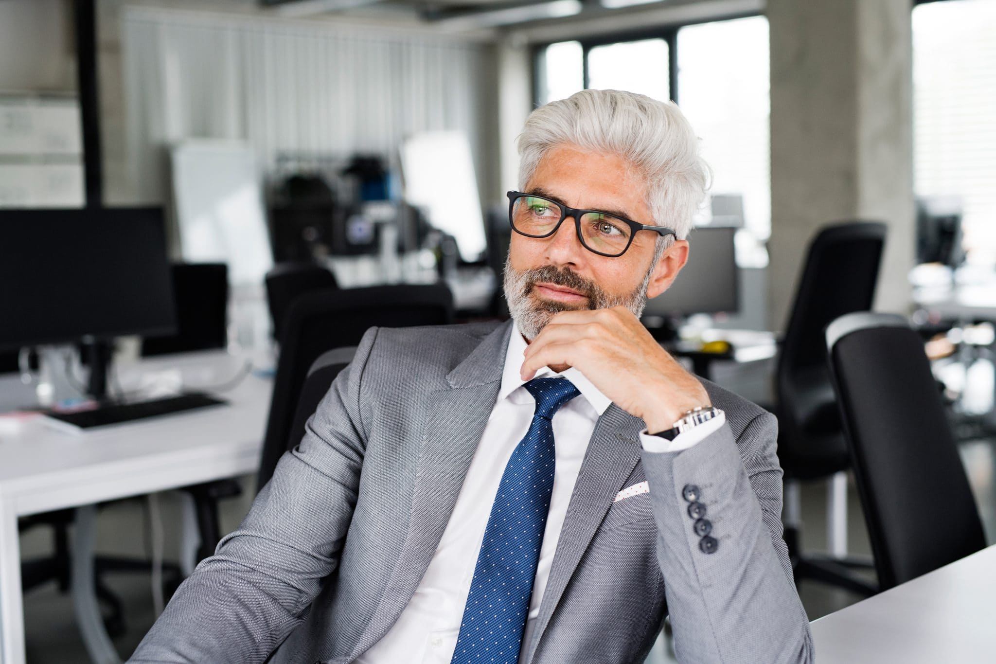mature-businessman-in-gray-suit-in-the-office-PSEXZSV